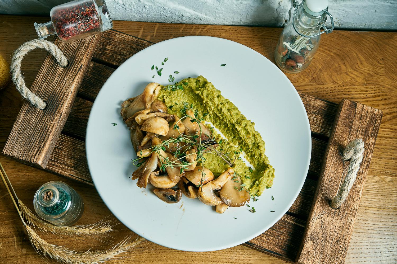 Green peas puree with fried mushrooms